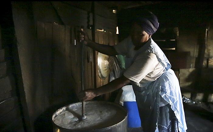 FILE: A woman makes umqombothi. Picture: EWN