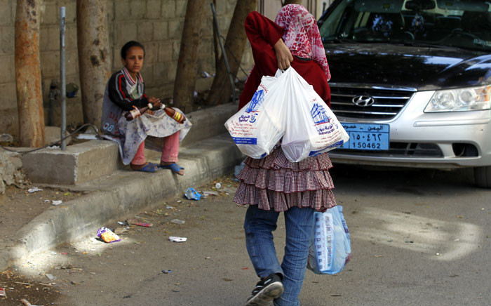 Conflict-affected girls receive food aid from a local relief group in Sana'a, Yemen, 04 March 2016. Picture: EPA/Yahya Arhab.