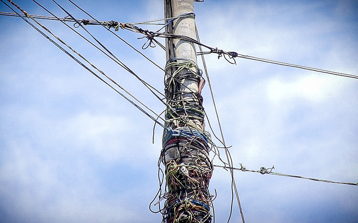 A lamp post used as a bridge for illegal electricity connections in Khayelitsha, Cape Town. Picture: Thomas Holder/EWN