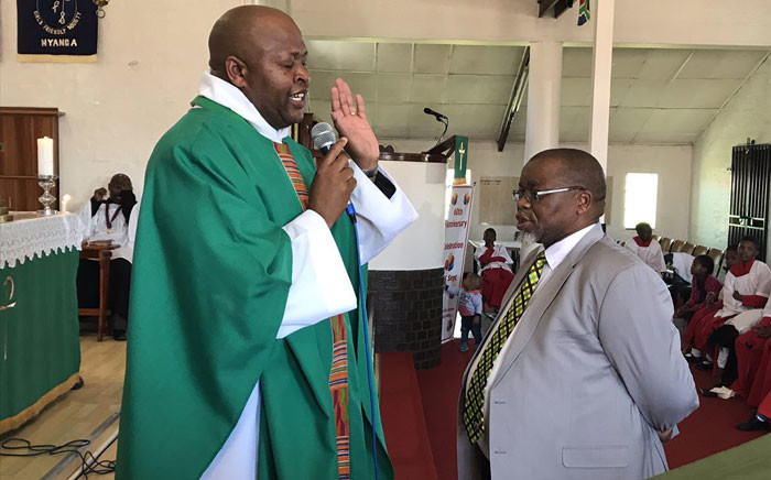 Reveernd Ernest Mototjane blesses Gwede Mantashe, asking that the ANC do what is right to take the community of Nyanga forward. Picture: Lauren Isaacs/EWN.
