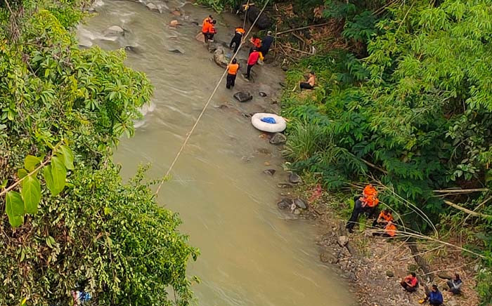 FILE: This picture taken on 24 December 2019 shows rescue personnel retrieving a victim's body after a bus careered into a 150-metre deep ravine near Perahu Dipo village in Pagar Alam, South Sumatra. Picture: AFP.