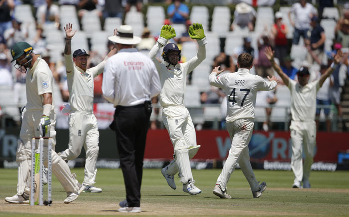 England's Dominic Bess (2ndR) celebrates with England's Jos Buttler (C) after the dismissal of South Africa's captain Faf du Plessis while South Africa's Pieter Malan (L) and umpire Paul Reiffel (3rdL) looks on during the fifth day of the second Test cricket match between South Africa and England at the Newlands stadium in Cape Town on 7 January 2020. Picture: AFP