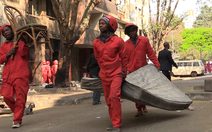 FILE: Members of the Red Ants clear people's belongings from a dilapidated Hillbrow flat on 1 September 2015. Picture: Vumani Mkhize/EWN.