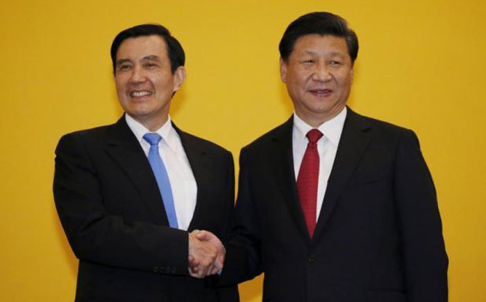 Chinese President Xi Jinping shakes hands with Taiwan's President Ma Ying-jeou during a summit in Singapore on 7 November 2015. Picture: Twitter