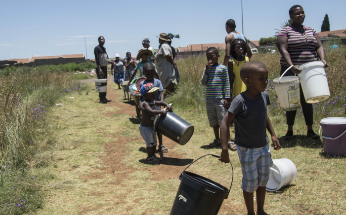 Emfuleni residents queue for water on 8 January 2018 amid water cuts in the municipality, which failed to honour its payment arrangement with Rand Water. Picture: Ihsaan Haffejee/EWN