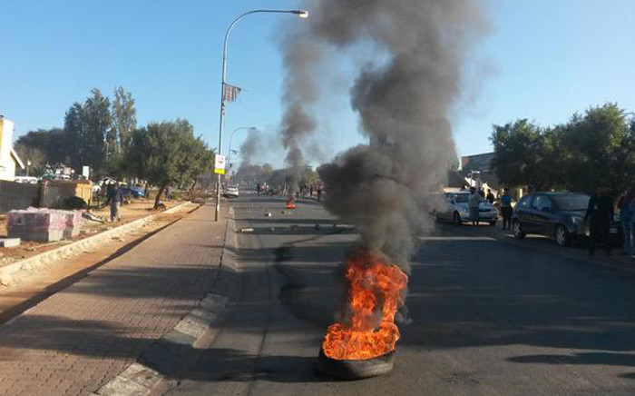 Hundreds of protesters blocked Khumalo Street and parts of Vilakazi Street during early morning protest in Orlando West on 6 May 2015. Picture: @SowetoTVChannel.