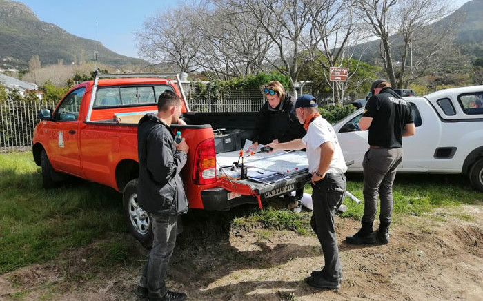 Volunteers help coordinate the search for missing three-year-old Anothando Mhlontlo in Hout Bay on 23 August 2020. Picture: Adrian Ephraim/EWN