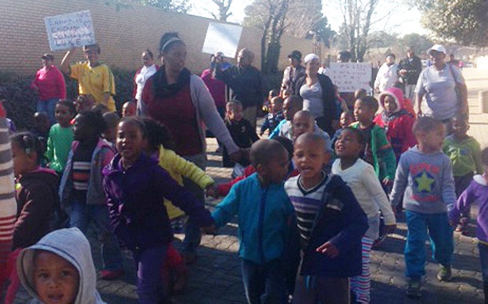 Protesting members of the Westbury community demand to see the man arrested in connection with an incident of suspected gang violence that saw a three-year-old boy being shot in the head on 4 August 2014. Picture: Mia Lindeque/EWN.