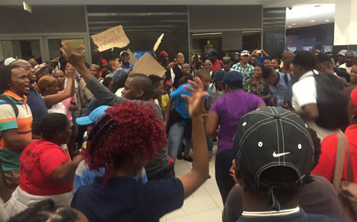 The group of commuters is demanding a Metrorail representative come out to address them. Picture: Xolani Koyana/EWN