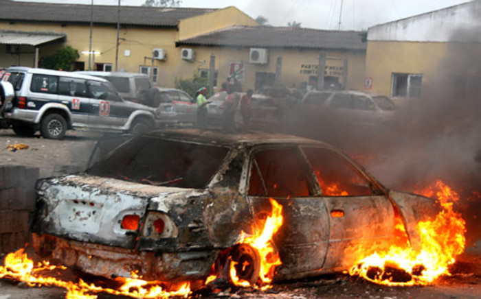 A car burns on 16 November 2013 in the central port city of Beira during clashes between riot police and locals at the last stage of campaigning for the 20 November municipal elections. Picture: AFP