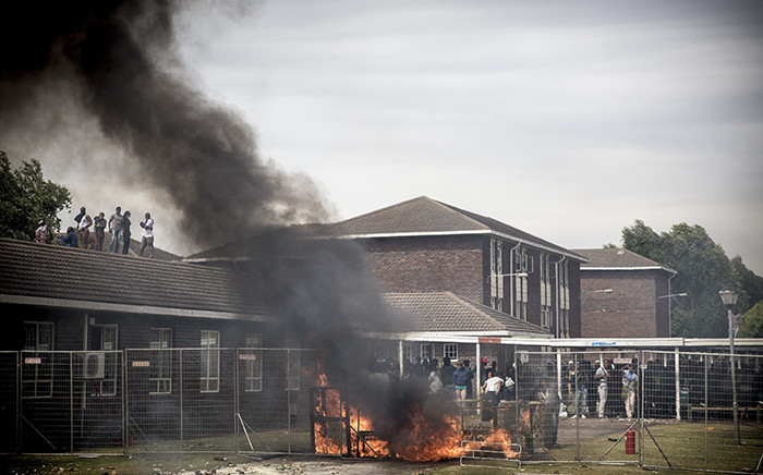FILE: Forming a barricade with fencing and burning furniture and rubbish, students stood off against police at the University of the Western Cape. Picture: Thomas Holder/EWN.