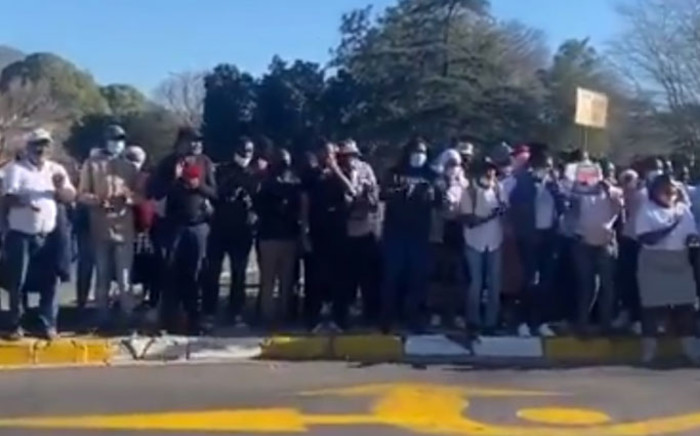 A screengrab of Mbekweni residents protesting outside Paarl Magistrates Court on 8 September 2021 where the man accused of murdering Siphokazi Booi made his first appearance.