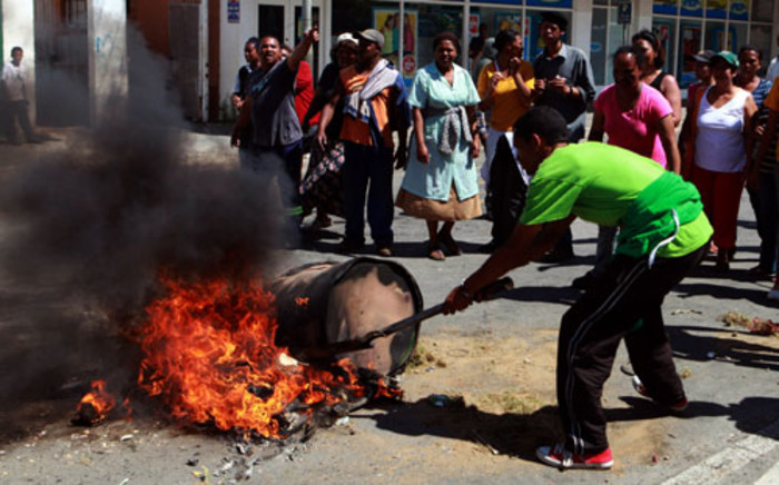 Protesters in the main road of Swellendam demonstrate for better wages on 15 November 2012 during widespread unrest among farmworkers in the Western Cape. Picture:Nardus Engelbrecht/SAPA