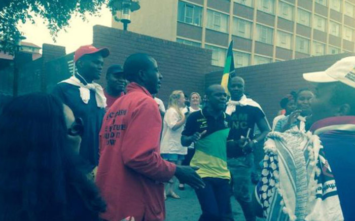 A group of people gathered at Hilbrow Police station calling for the pro-Palestine protesters to be released. Picture: Thando Kubheka/EWN.