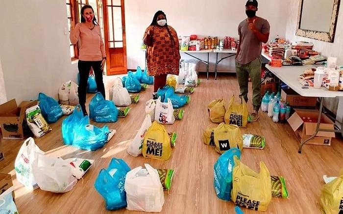 Aurelie Kalenga (middle) during a food parcel handout. Picture: Sethembiso Zulu/EWN