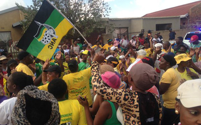 """ANC supporters in Katlehong to comfort the families of those who've lost their loved ones in a bus crash on N1 on Sunday. Picture: Dineo Bendile/EWN."""""""