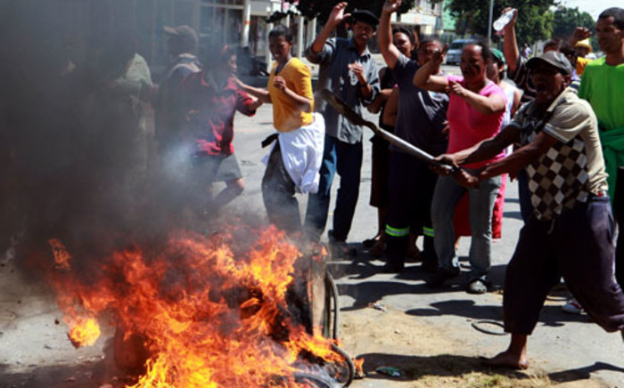 Protesters in the main road of Swellendam demonstrate for better wages on 15 November 2012 during widespread unrest among farmworkers in the Western Cape. Picture:Nardus Engelbrecht/SAPA.