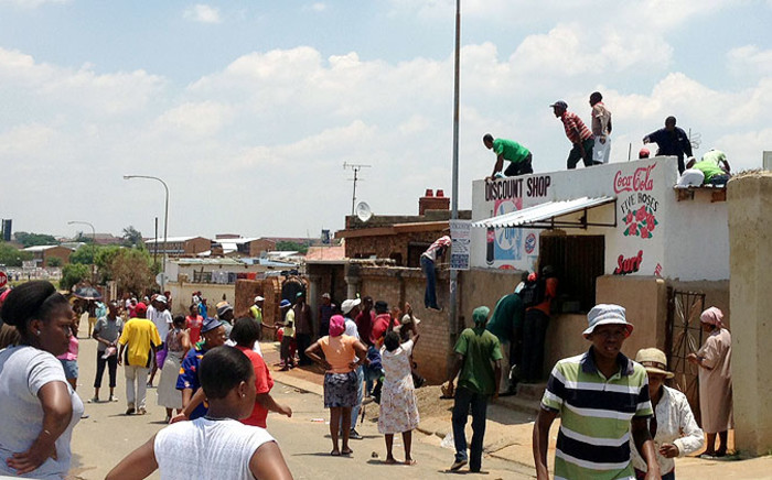 A group of looters break into a foreign-owned store in White City, Soweto on 22 January 2014. Picture: Gia Nicolaides/EWN.