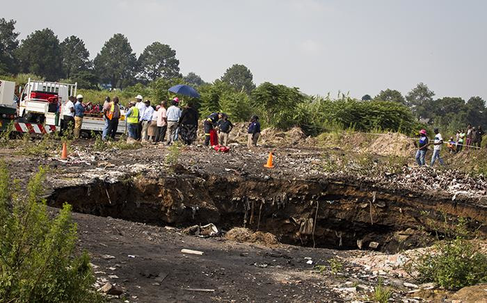 Emergency services continue rescue operations at a disused mine near Boksburg to find five-year-old Richard Thole as Jerusalem informal settlement residents watch on 28 February 2017. Picture: Reinart Toerien/EWN.