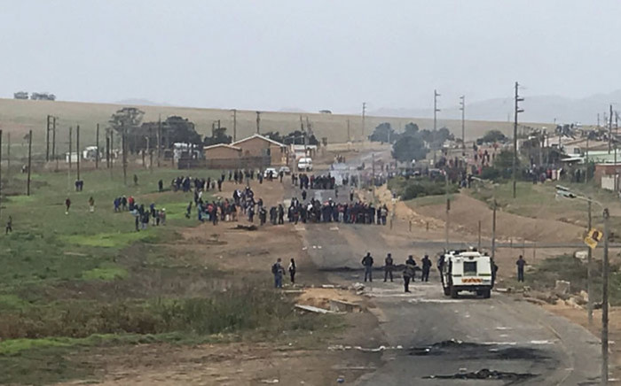 File: Protesters have once again blocked all of the entrances to Uitsig and Riemvasmaak in Caledon on 5 April 2019. Picture: Cindy Archillies/EWN