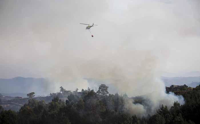 Caption: Fire crews battle flare ups in the Knysna mountains using both helicopters and ground teams. Picture: Thomas Holder/EWN.