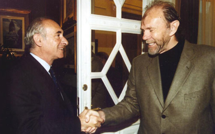 Argentine president, Fernando de la Rua, greets North American writer, Richard Bach, 03 May 2000 in the House of Government in Buenos Aires. Picture: AFP.