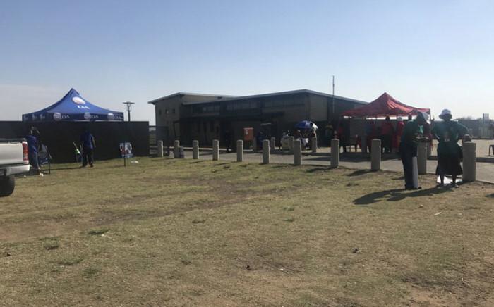 Political parties pitch their tents during voting in the Metsimaholo Municipality by-elections on 29 November 2017. Picture: Clement Manyathela/EWN