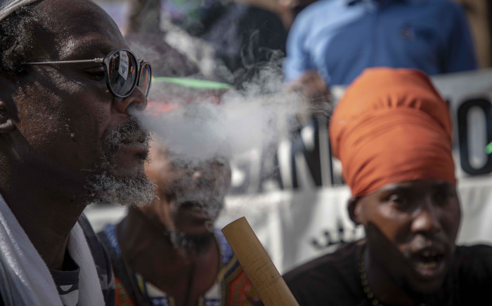 FILE: Rastafarians smoke cannabis outside the Constitutional Court ahead of the ruling on the use of dagga in private spaces. Picture: Thomas Holder/EWN.