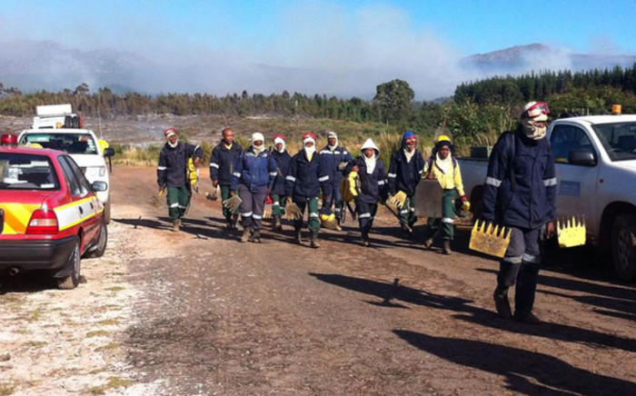 Hot and windy conditions have prevented firefighters from extinguishing a large mountain fire in the Helderberg area on 9 January 2015. Picture: Chanel September/EWN