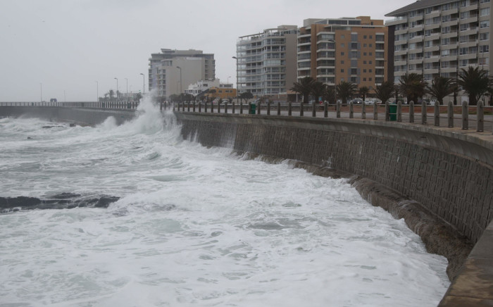 FILE: Waves crash on Sea Point promenade near Mouille Point as a cold front creeps into Cape Town. Picture: EWN
