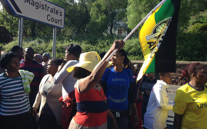 Scores of Masiphumelele residents have flanked the Glencairn Express way as they make their way to the court to show their support for Lubababalo Vellem. Picture: Lauren Isaacs/EWN.