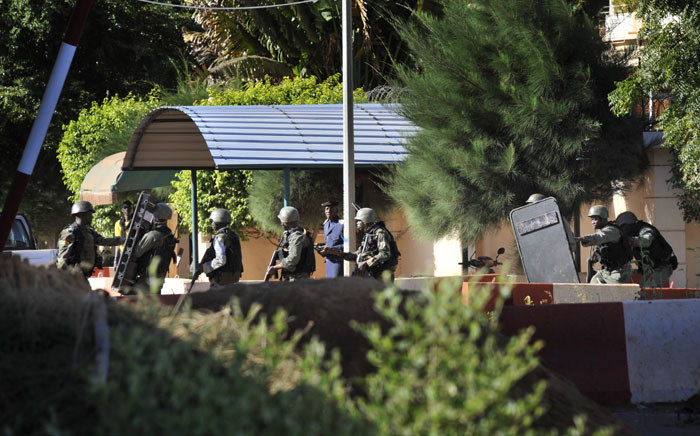 Malian troops take position outside the Radisson Blu hotel in Bamako on 20 November, 2015. Gunmen went on a shooting rampage at the luxury hotel in Mali's capital Bamako, seizing 170 guests and staff in an ongoing hostage-taking that has left at least three people dead. Picture: AFP.