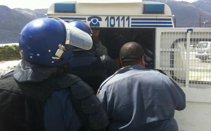 Police arresting striking farmworkers in De Doorns on 10 January 2013. Picture: Malungelo Booi/EWN