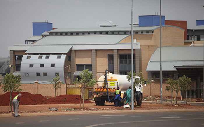 Construction worker is continuing at the New Natalspruit Hospital in Vosloorus. Picture: Taurai Maduna/EWN