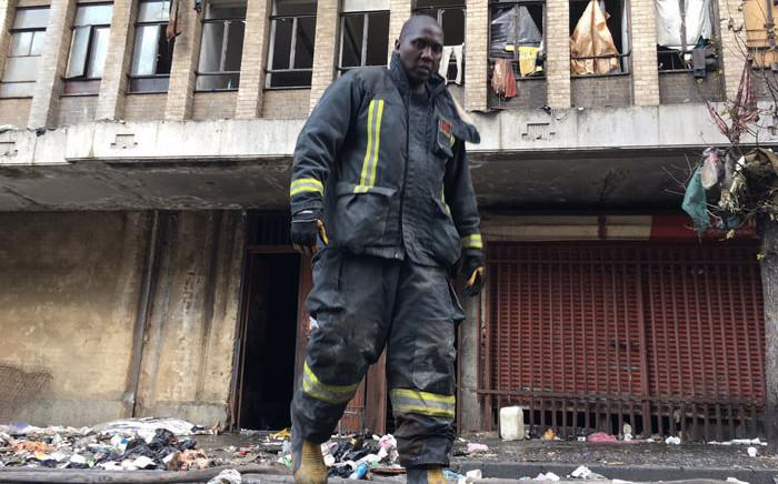 A Johannesburg firefighter on the scene of the fire in Nugget Street, Johannesburg. Picture: Hitekani Magwedze/EWN