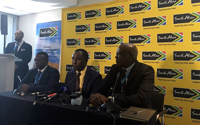 Mineral Resources Minister Mosebenzi Zwane (C) addresses the media on 6 February 2017 during the annual mining sector indaba in Cape Town. Picture: Ilze-Marie le Roux/EWN.