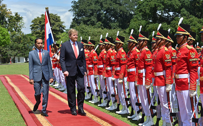 Dutch King Willem-Alexander, accompanied by Indonesian President Joko Widodo, inspects a guard of honour at the Bogor presidential palace in Bogor on 10  March 2020. Picture: AFP.