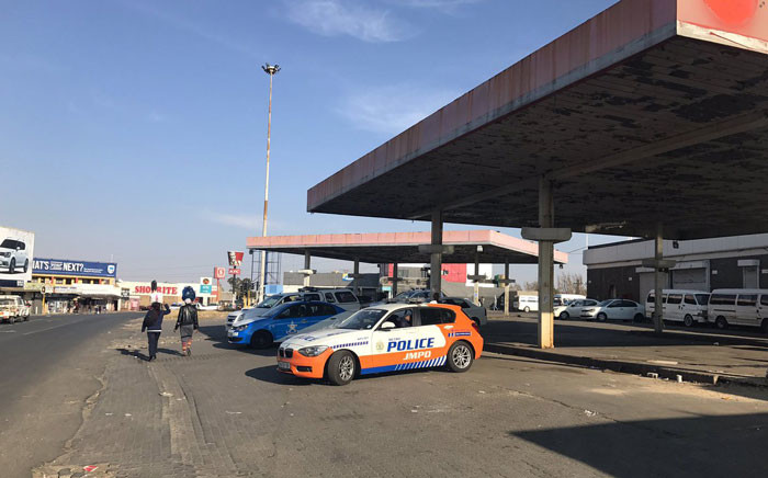 Police officers monitor the Phefeni section in Soweto to ensure safety and that no taxi operates on the disputed routes. Picture: Kgothatso Mogale/EWN