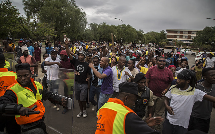 FILE: Protesting University of the Free State students drive back campus security during protests on the institution's main campus in Bloemfontein on 24 February 2016. Picture: Reinart Toerien/EWN.