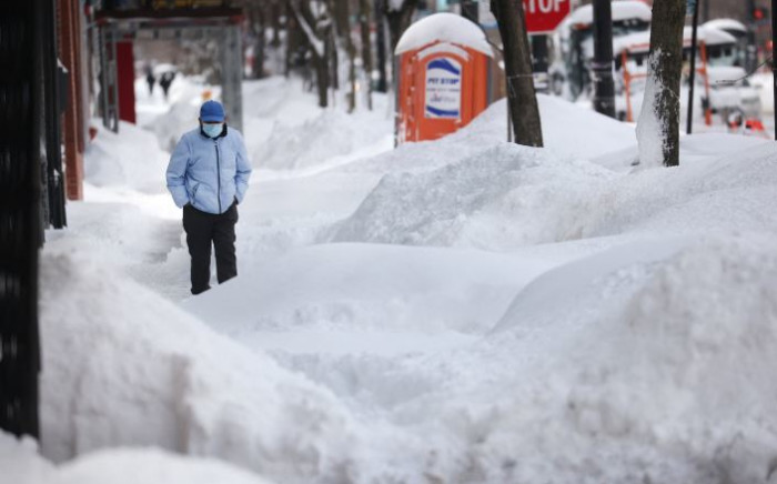 A pedestrian navigates a snow-covered sidewalk on 16 February 2021 in Chicago, Illinois, in the United States. Picture: Scott Olson/Getty Images/AFP.