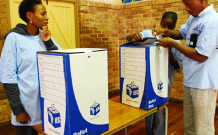 IEC officers set up ballot boxes at Orange Grove Primary School on 20 April, 2009. Picture: Taurai Maduna/Eyewitness News