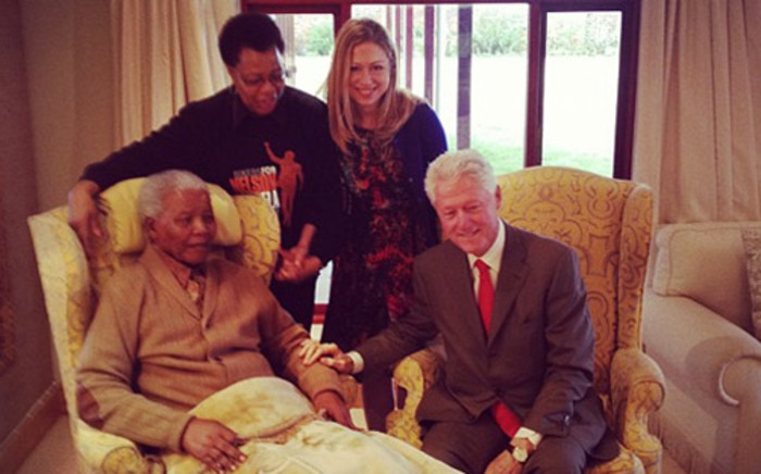 Former President Nelson Mandela, his wife Graca Machel, Chelsea Clinton and her father, Former US President Bill Clinton in Qunu. Picture: Mbuso Mandela via Twitter.