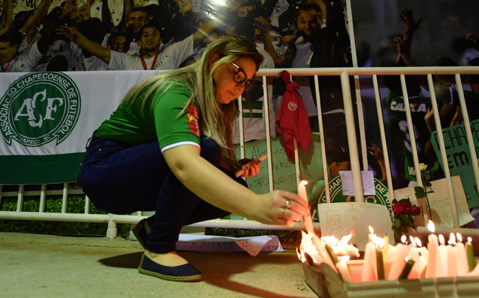 Fans light candles in tribute to the players of Brazilian team Chapecoense Real killed in a plane crash in the Colombian mountains. Picture: AFP.