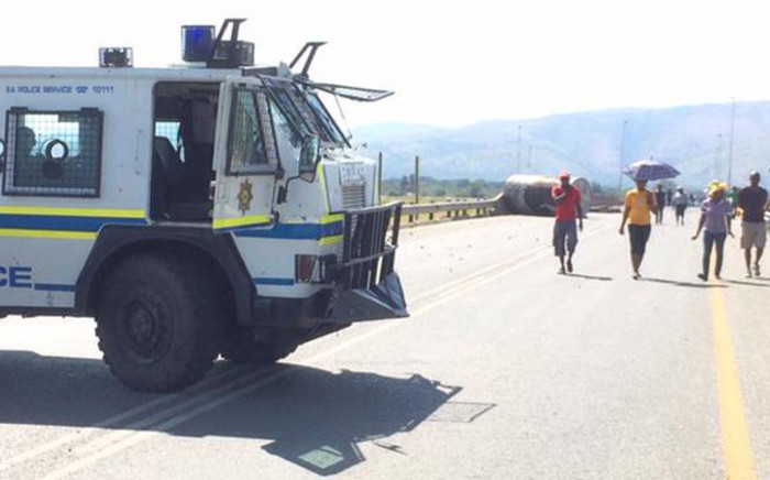 FILE: The road to Majakaneng has been closed by police to contain violence in the area. Picture: Barry Bateman/EWN.