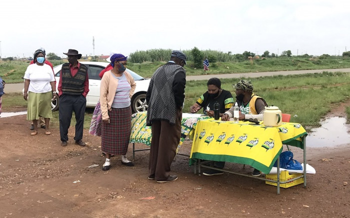 Party agents in Evaton engage with voters, mostly elderly people, as they made their way to the polls on 11 November 2020 for by-elections. Picture: Thandokuhle Kubheka/EWN
