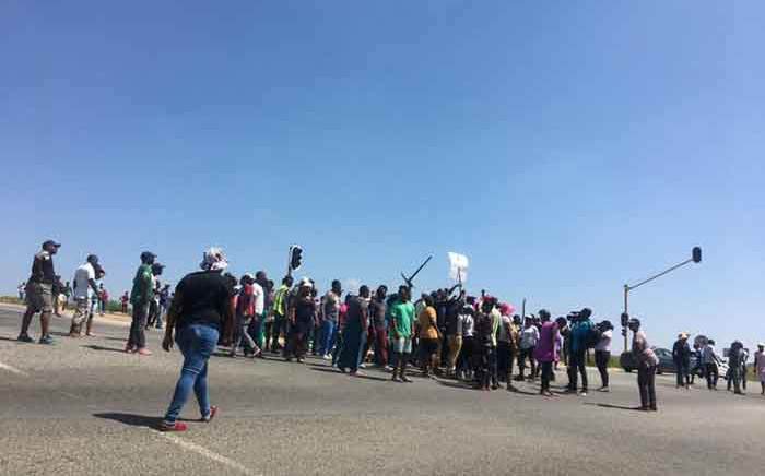 FILE: Diepsloot residents on 23 January 2020 barricaded several roads and looted shops belonging to foreign nationals. Residents said they were protesting against high levels of crime in the community. Picture: Edwin Ntshidi/EWN