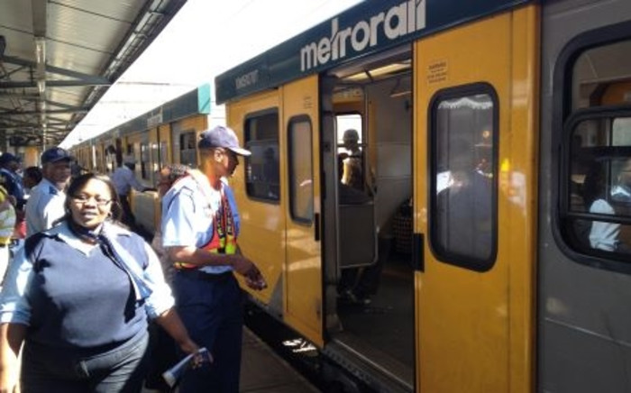 FILE: Officers inspect Metrorail train. Picture: EWN