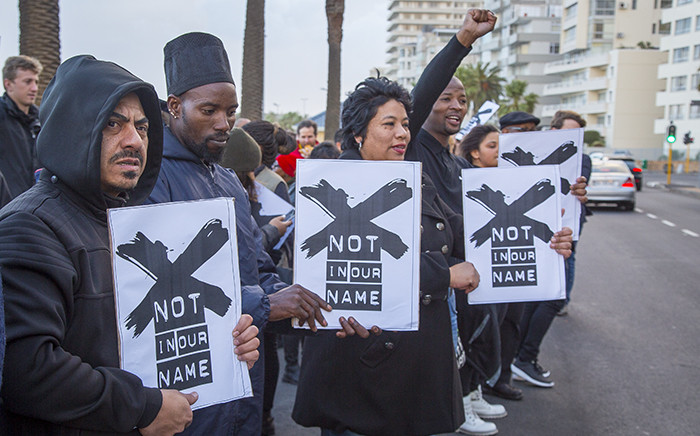 Members of the media and Right2Know campaigners gathered outside the SABC's offices in Cape Town to protest against censorship on 1 July 2016. Picture: Aletta Harrison/EWN
