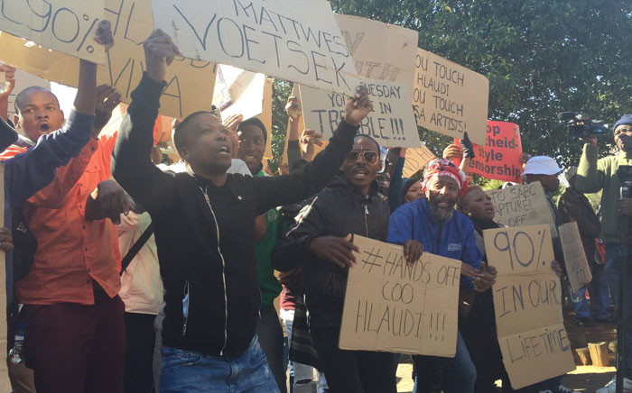 A group of Hlaudi Motsoeneng supporters picket outside the SABC offices in Johannesburg. Picture: Dineo Bendile/EWN.