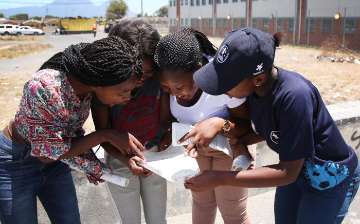 FILE: Matriculants look up their results. Picture: EWN